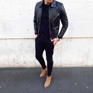 Cómo combinar: cazadora de aviador de cuero negra, camiseta de manga larga azul marino, pantalón chino negro, botines chelsea de ante marrón claro