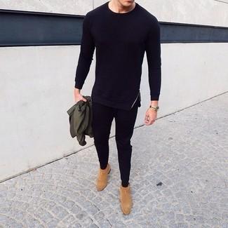 Cómo combinar: cazadora de aviador verde oliva, camiseta de manga larga negra, pantalón de chándal negro, botines chelsea de ante marrón claro