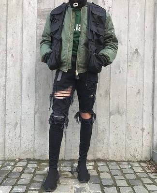 Cómo combinar: cazadora de aviador verde oliva, chaleco de abrigo negro, sudadera verde oscuro, vaqueros pitillo desgastados negros