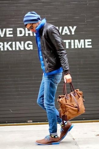 Cómo combinar: cazadora de aviador de cuero en marrón oscuro, chaleco de abrigo acolchado azul, vaqueros azules, zapatos derby de cuero marrónes