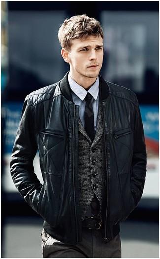 Cómo combinar: cazadora de aviador de cuero acolchada negra, chaleco de vestir de lana en gris oscuro, camisa de vestir de cambray gris, pantalón de vestir en gris oscuro