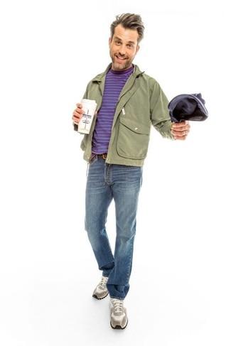 Cómo combinar: cazadora de aviador verde oliva, chaqueta campo verde oliva, camiseta con cuello circular de rayas horizontales en violeta, vaqueros azules