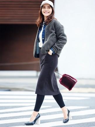 Cómo combinar: cazadora de aviador de lana en gris oscuro, chaqueta vaquera azul, jersey con cuello circular blanco, falda lápiz vaquera negra