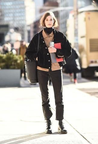 Cómo combinar: cazadora de aviador de pana en beige, chaqueta vaquera negra, vaqueros negros, botas planas con cordones de cuero negras