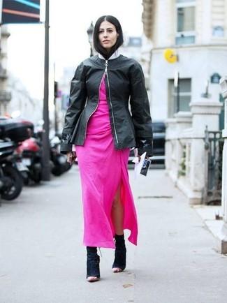 Cómo combinar: cazadora de aviador de cuero negra, vestido largo rosa, botines de ante negros