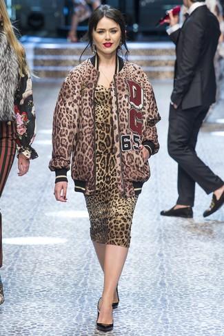 Cómo combinar: cazadora de aviador de leopardo marrón, vestido ajustado de leopardo marrón, zapatos de tacón de cuero negros