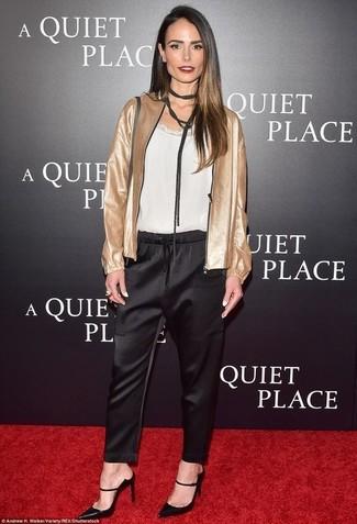 Cómo combinar: cazadora de aviador dorada, camiseta sin manga de seda blanca, pantalón de pinzas de seda negro, zapatos de tacón de cuero negros