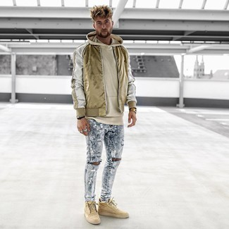 Cómo combinar: cazadora de aviador de nylon dorada, sudadera con capucha en beige, vaqueros pitillo desgastados celestes, zapatillas altas marrón claro
