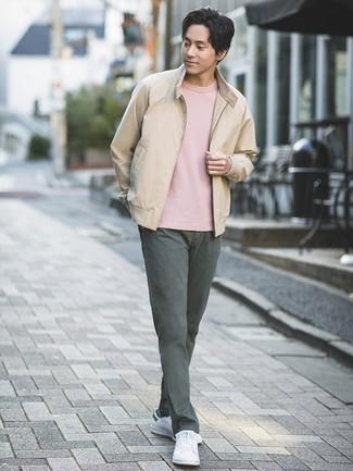 Cómo combinar: cazadora de aviador en beige, camiseta con cuello circular rosada, pantalón chino en gris oscuro, tenis de cuero blancos
