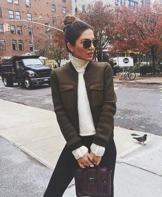 Cómo combinar: cazadora de aviador en marrón oscuro, jersey de cuello alto blanco, leggings negros, bolso de hombre de cuero burdeos