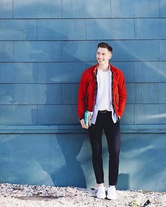Cómo combinar: cazadora de aviador roja, jersey con cuello circular blanco, camisa de manga larga celeste, pantalón chino negro