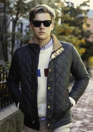 Cómo combinar: cazadora de aviador acolchada azul marino, jersey con cuello circular estampado blanco, camisa de manga larga celeste, pantalón chino marrón claro