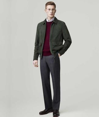 Cómo combinar: cazadora de aviador de ante verde oscuro, jersey con cuello circular burdeos, camisa de manga larga blanca, pantalón de vestir de lana en gris oscuro