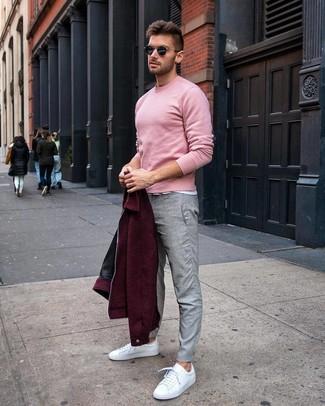 Look de moda: Cazadora de aviador de lana burdeos, Jersey con cuello circular rosado, Camiseta con cuello circular blanca, Pantalón chino gris