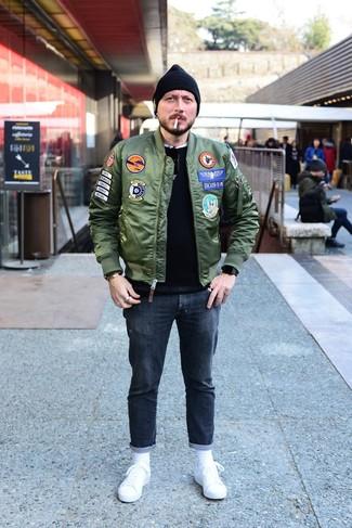 Cómo combinar: cazadora de aviador verde oscuro, jersey con cuello circular negro, camiseta con cuello circular blanca, vaqueros en gris oscuro