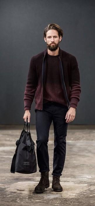 Cómo combinar: cazadora de aviador de punto burdeos, jersey con cuello circular burdeos, pantalón chino negro, botas casual de ante en marrón oscuro