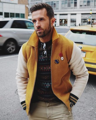 Cómo combinar: cazadora de aviador de lana mostaza, jersey con cuello circular de grecas alpinos azul marino, pantalón chino en beige, gafas de sol negras