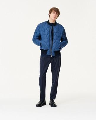 Cómo combinar: cazadora de aviador acolchada azul, jersey con cuello circular azul marino, pantalón de vestir azul marino, zapatos derby de cuero negros