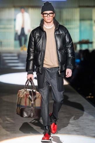 Cómo combinar: cazadora de aviador de cuero negra, jersey con cuello circular en beige, pantalón de vestir de lana en gris oscuro, botas casual de cuero rojas