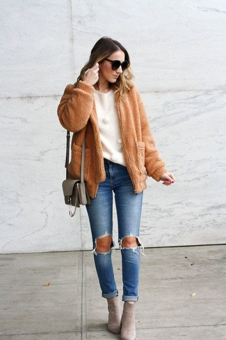 Cómo combinar: cazadora de aviador de forro polar marrón claro, jersey con cuello circular blanco, vaqueros desgastados azules, botines de ante grises