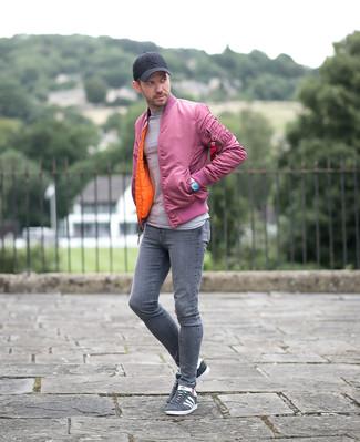 Cómo combinar: cazadora de aviador rosada, jersey con cuello circular gris, vaqueros pitillo grises, tenis de ante grises