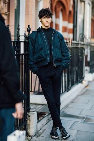 Cómo combinar: cazadora de aviador en verde azulado, jersey de cuello alto negro, pantalón chino negro, zapatillas altas negras