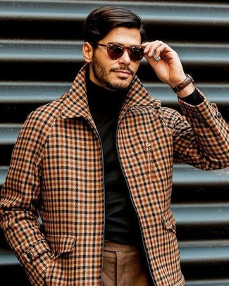 Cómo combinar: cazadora de aviador de lana de tartán marrón claro, jersey de cuello alto negro, pantalón de vestir de lana marrón, gafas de sol en marrón oscuro