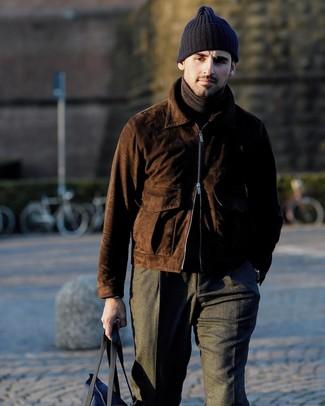 Cómo combinar: cazadora de aviador de ante en marrón oscuro, jersey de cuello alto en marrón oscuro, pantalón de vestir de lana en gris oscuro, bolsa tote de lona azul marino