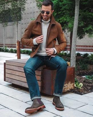 Cómo combinar: cazadora de aviador de ante marrón, jersey de cuello alto de punto blanco, vaqueros azules, botines chelsea de ante en gris oscuro