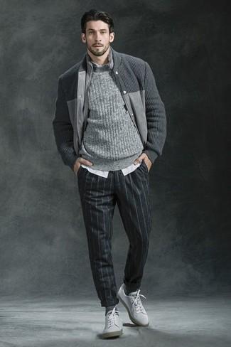 Cómo combinar: cazadora de aviador de punto gris, jersey de ochos gris, camisa de manga larga de rayas verticales blanca, pantalón de vestir de lana de rayas verticales en gris oscuro