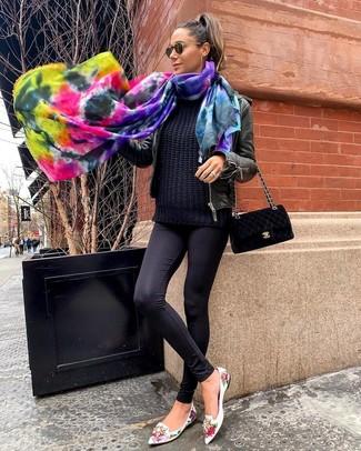 Cómo combinar: cazadora de aviador de cuero negra, jersey de ochos negro, leggings negros, mocasín de cuero con print de flores blancos