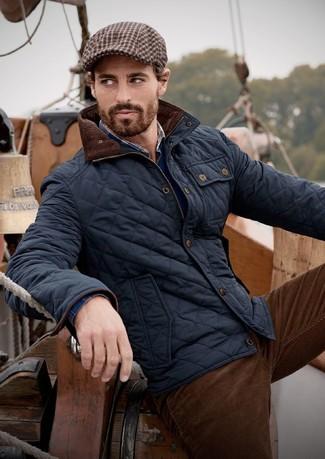 Cómo combinar: cazadora de aviador acolchada azul marino, jersey de pico azul marino, camisa de manga larga de tartán azul marino, vaqueros de pana en marrón oscuro