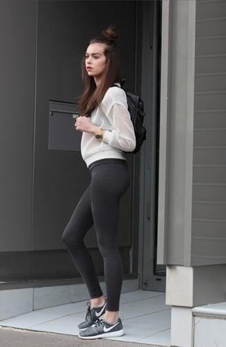 Cómo combinar: cazadora de aviador de malla blanca, leggings en gris oscuro, deportivas en gris oscuro, mochila de cuero negra