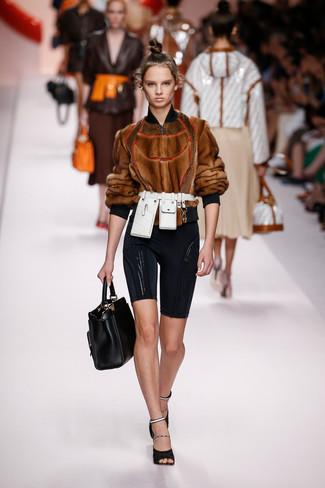Cómo combinar: cazadora de aviador de pelo marrón, mallas ciclistas negras, sandalias de tacón de malla negras, bolsa tote de cuero negra