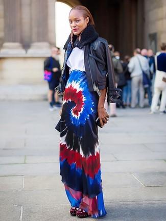 Cómo combinar: cazadora de aviador de cuero negra, blusa de manga corta blanca, falda larga efecto teñido anudado en multicolor, chinelas de cuero burdeos