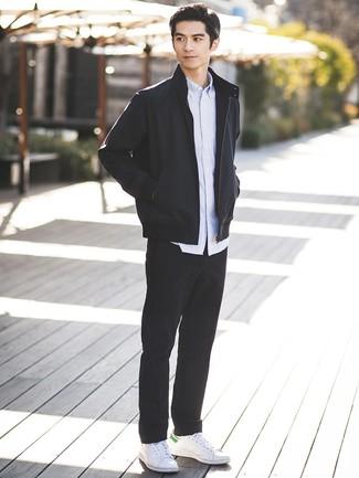 Cómo combinar: cazadora de aviador negra, camisa de manga larga de rayas verticales celeste, pantalón chino negro, tenis de cuero blancos