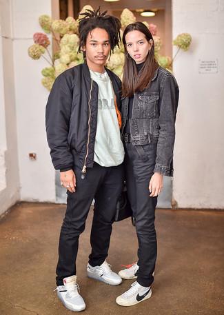 Cómo combinar: cazadora de aviador negra, camiseta con cuello circular estampada gris, pantalón chino negro, zapatillas altas de cuero grises