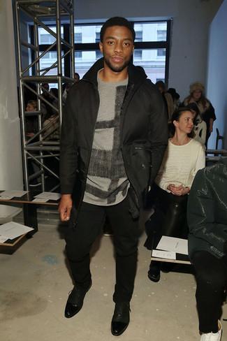 Look de Chadwick Boseman: Cazadora de aviador negra, Jersey con cuello circular estampado gris, Pantalón chino negro, Zapatos oxford de cuero negros