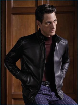 Cómo combinar: cazadora de aviador de cuero negra, jersey de cuello alto burdeos, pantalón de vestir de rayas verticales azul marino, correa de cuero negra