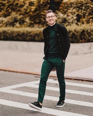 Cómo combinar: cazadora de aviador negra, jersey de cuello alto verde oscuro, pantalón de vestir verde, tenis de cuero negros