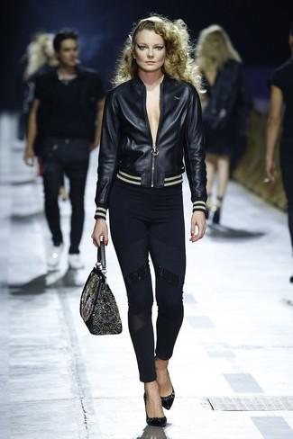 Cómo combinar: cazadora de aviador de cuero negra, leggings negros, zapatos de tacón de cuero negros, bolso de hombre de cuero bordado negro