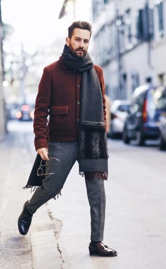 Cómo combinar: cazadora de aviador de lana en tabaco, pantalón de vestir de lana gris, mocasín de cuero en marrón oscuro, bufanda en gris oscuro