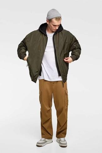 Cómo combinar: cazadora de aviador verde oliva, sudadera con capucha negra, camiseta con cuello circular blanca, pantalón cargo marrón