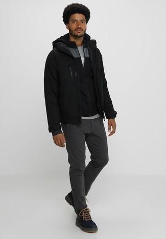 Cómo combinar: cazadora de aviador negra, sudadera con capucha negra, camiseta con cuello circular gris, pantalón chino en gris oscuro