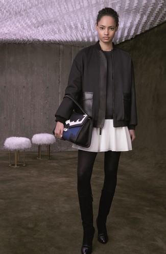 Cómo combinar: cazadora de aviador negra, sudadera negra, falda skater blanca, botas de caña alta de cuero negras