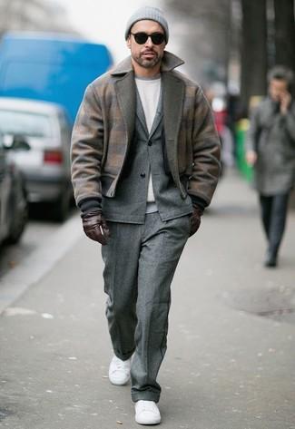 Cómo combinar: cazadora de aviador de lana marrón, traje de lana gris, sudadera blanca, tenis de lona blancos