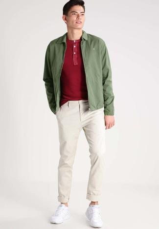 Cómo combinar: cazadora de aviador verde oliva, camiseta henley roja, pantalón chino en beige, deportivas blancas