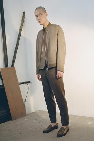 Cómo combinar: cazadora de aviador verde oliva, jersey con cuello circular verde oscuro, pantalón chino marrón, mocasín de cuero marrón