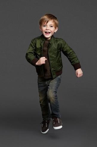 Cómo combinar: cazadora de aviador verde oscuro, jersey en marrón oscuro, vaqueros azul marino, zapatillas en marrón oscuro