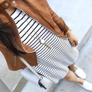 Cómo combinar: cazadora de aviador de cuero marrón, vestido casual de rayas horizontales en blanco y negro, zapatillas slip-on blancas, bolso bandolera de cuero blanco